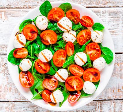 Dieta mediterránea ensalada de tomate y mozzarela