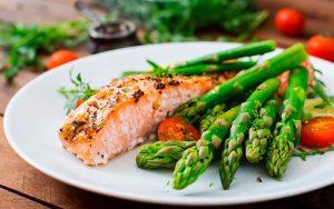 Receta de salmón al limón con espárragos al horno