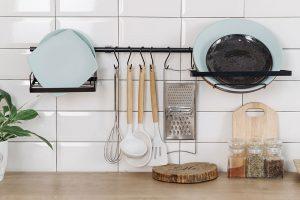 Colgar los utensilios de la cocina en la pared