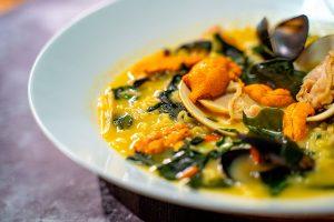 Sopa de pescado wakame y erizo de mar